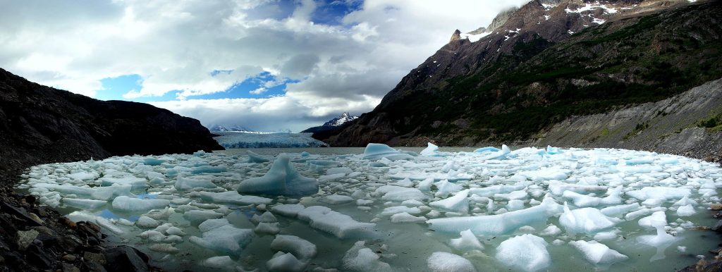 Grey_Glacier_icebergs by Stevage CC BY-SA 3.0