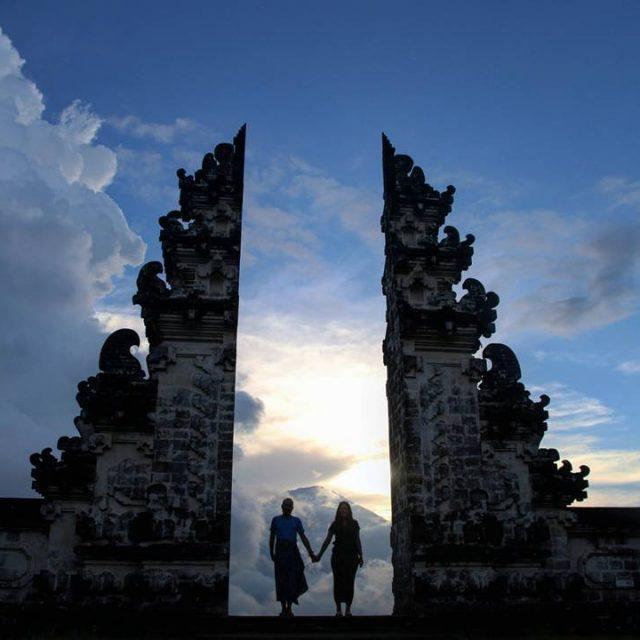 CA Tocant el cel a Pura Lempuyang  EN Touchinghellip